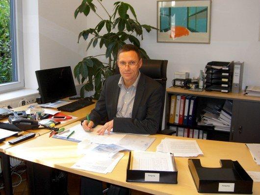 NLM-Direktor Andreas Fischer an seinem Arbeitsplatz (Bild: Hendrik Leuker)