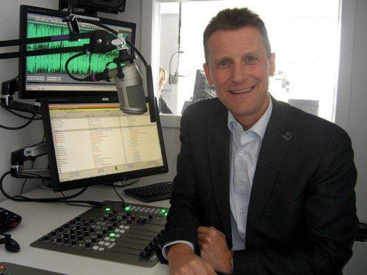 Radio Hannover-Geschäftsführer Fred Dohmen im Produktionstudio (Bild: Hendrik Leuker)