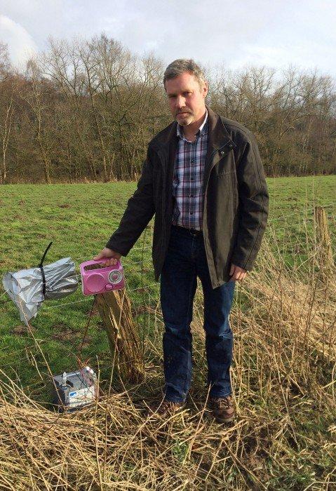 Ludger Bruns mit seinem Kofferradio auf einer Weide. Foto: FFN