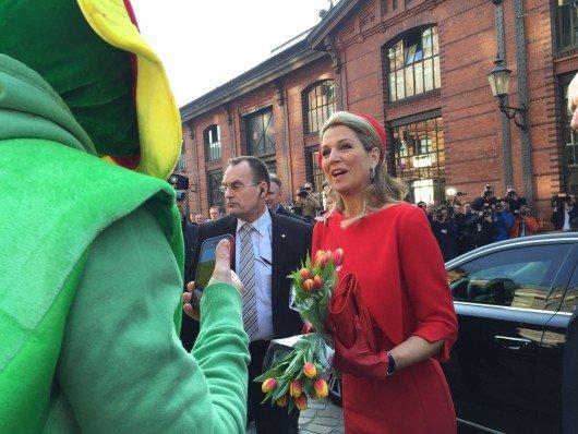 Radio Hamburg-Moderator Horst überreicht Königin Máxima Tulpen