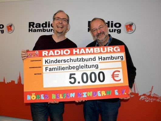 Scheckübergabe von John Ment (links) an Uwe Hinrichs. (Bild: Radio Hamburg)