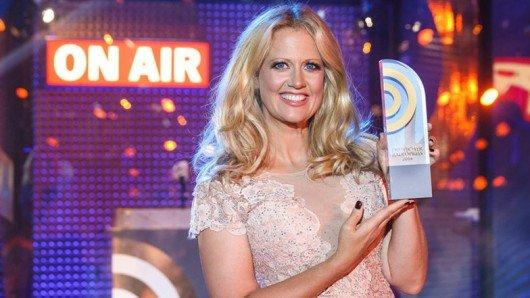 Barabara Schöneberger moderiert die Verleihung des Deutschen Radiopreises. Bild: Deutscher Radiopreis/NDR & Morris Mac Matzen