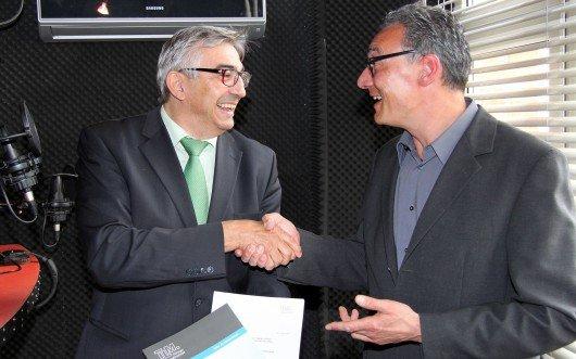 Lizenzübergabe von Direktor Jochen Fasco an Geschäftsführer Carsten Rose (v. l.) in den Studioräumlichkeiten von Radio F.R.E.I.