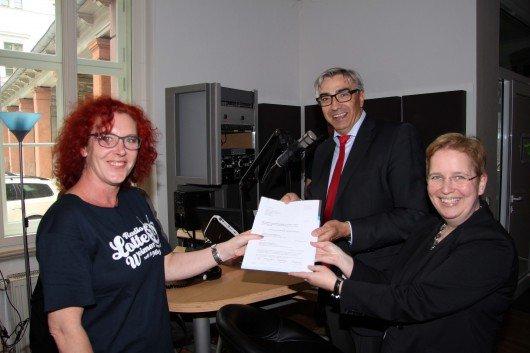 v.l.n.r.: Grit Hasselmann (Programmchefin), Jochen Fasco und Ulrike Köppel (Vereinsvorsitzende)