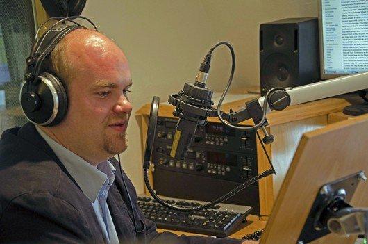 Musikredakteur Mag. Michael Gmasz im Studio (Bild: Nikolaus Stockert)