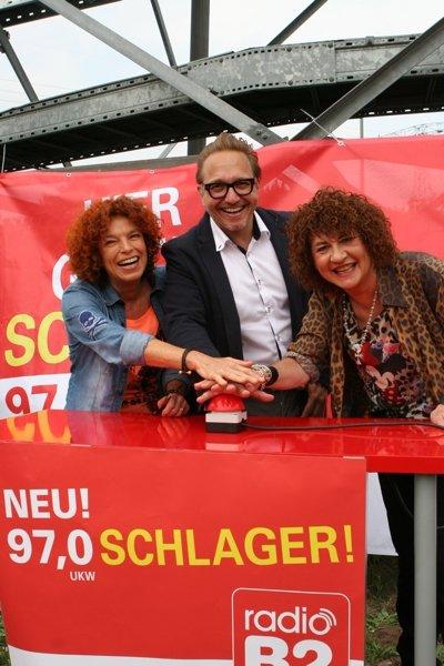 Schlagerduo Cora und radio B2- Senderchef Oliver Dunk drückten direkt am Sendemast den roten Knopf zum Sendestart in Potsdam. (BIld: radioB2)