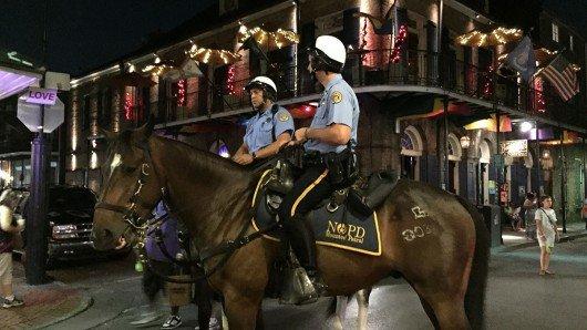 Polizisten patrouillieren auf Pferden durch das French Quarter