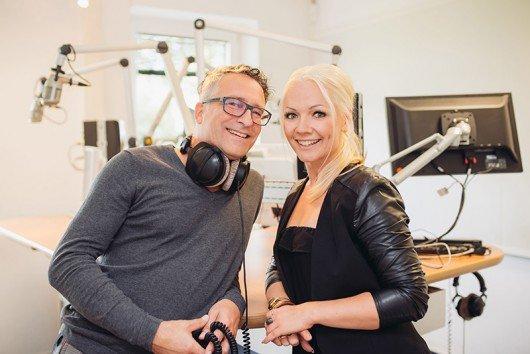 Noch im Funkhaus Plate: Die Antenne Morgen-Moderatoren Jörg und Trina (Bild: Antenne MV)