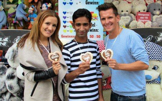 Die N1-Moderatoren Anna Noé und Flo Kerschner mit dem 16 Jahre alten Adnan aus Pakistan (Mitte). Foto: HitRadioN1.de