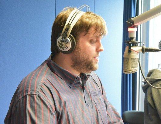 """Medienstudent André Glatzel moderiert regelmäßig die """"Frühflieger"""" bei 99drei Radio Mittweida (Bild: Lisa Fritsch)"""