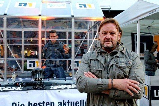 In seinem Glashaus bekam N1-Moderator Flo Kerschner Besuch von Bodyguard Peter Althoff.