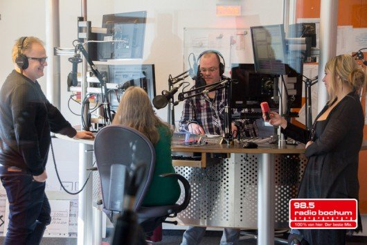 """Herbert Grönemeyer mit Radio Bochum-Hörerin Ursula Tharr, die die beste """"Fünfte Strophe"""" einreichte, und Morgenmoderator Ansgar Borgmann (Bild: Radio Bochum)"""