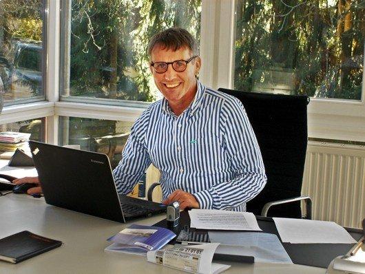 Viktor Worms am Schreibtisch in seinem Büro in Tutzing. (Bild: Hendrik Leuker)