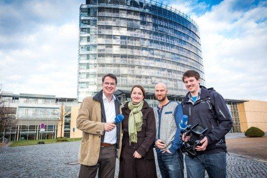 Das MDR-Reporter-Team (v.l.): Michael Voß (Hörfunk), Katrin Molnár (Autorin), Volker Queck (Online), André Berthold (VJ-Reporter, MDR aktuell) (Bild: obs/MDR/Robert Hensel)
