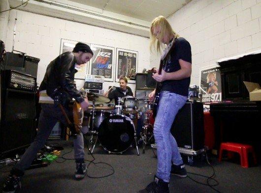Die musikalische Vorlage zum längsten Rocksong aller Zeiten liefern die Gong-Moderatoren Chris, Guido und Danny (v.l.n.r.). (Bild: Gong 97.1)