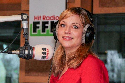 """Bei HIT RADIO FFH ist die neue, typisch hessische Comedy """"Mirja aus Hümme"""" von und mit Mirja Regensburg (40) zu hören, die in Hümme, dem nordhessischen Ortsteil von Hofgeismar, aufgewachsen ist."""