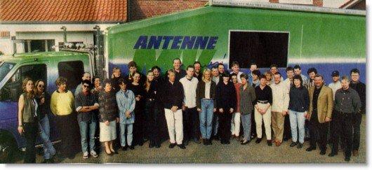 Gruppenfoto mit 38 Mitarbeitern von Antenne MV zum fünften Geburtstag Ende Mai 1998