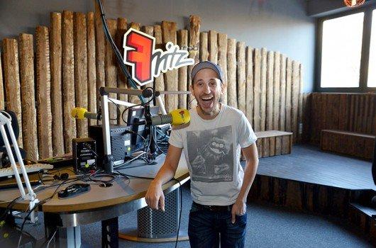 Chris Guse (Moderator) im neuen Fritz-Studio (Bild: rbb/Thomas Ernst)