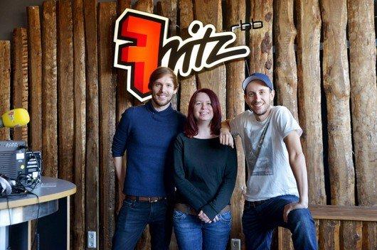 "Fritz-Studio ""Fräulein Fritz"" mit Daniel Hirsch (Moderator der RFN), Selin Güngör (Moderatorin Soundgarden, Bluemoon), Chris Guse (Moderator) (Bild: rbb/Thomas Ernst)"