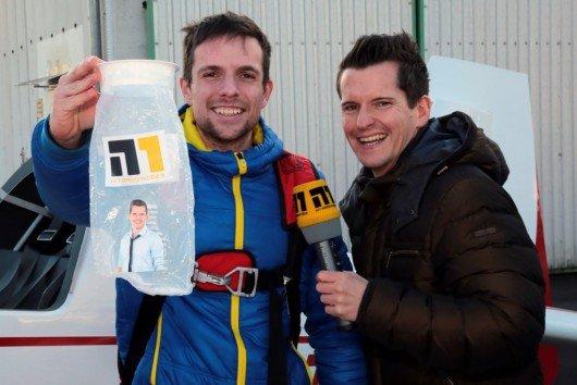 Vor dem Start übergab N1-Morgenmoderator Flo an Andreas Zenner vorsorglich die aus normalen Flugzeugen bekannte Tüte für Notfälle. (Bild: HitRadioN1.de)