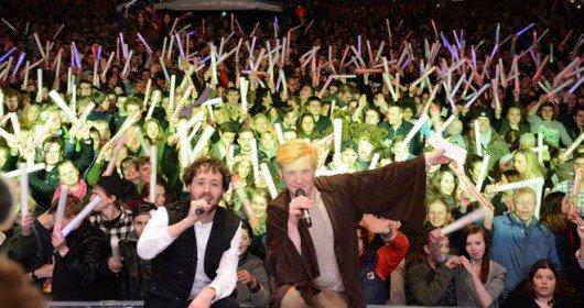 Auch in diesem Jahr wieder beim Finale in der Mönckebergstraße: Die TOP 827 Moderatoren Tim und Nick. (Bild: Radio Hamburg)