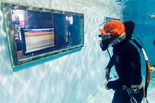 Jan Haselhofer moderiert 5 Stunden und 21 Minuten unter Wasser (Bild: Leopold Dzajkic)