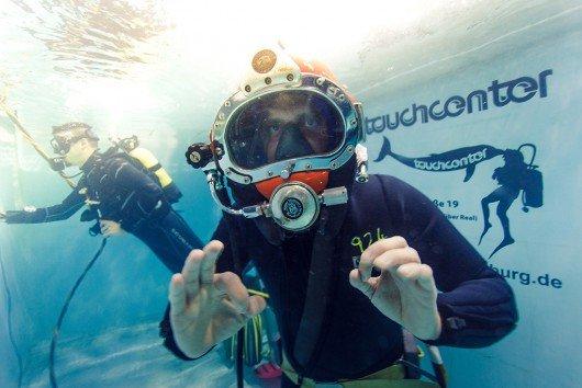 Jan Haselhofer hat es geschafft: 5 Stunden und 21 Minuten moderierte er ununterbrochen unter Wasser (Bild: Leopold Dzajkic)
