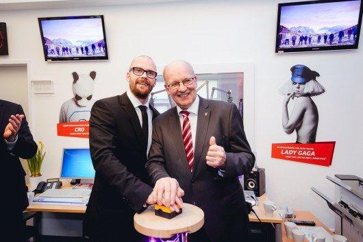 Gemeinsam mit Rostocks Oberbürgermeister Roland Methling (rechts) drückte Antenne MV-Programmchef Gerrit Kohr den Startknopf. Foto: Antenne MV