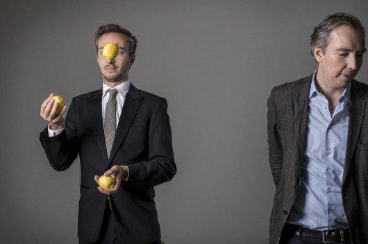 """Jan Böhmermann (hier mit Zitronen jonglierend) und Olli Schulz moderieren – üblicherweise – """"Sanft & Sorgfältig"""". Bild: rbb/Jens Oellermann"""