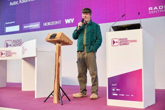 Dietmar Wischmeyer alias Guenther der Treckerfahrer auf dem Radio Advertising Summit 2016 (Bild: Radio Advertising Summit/Claus Langer)