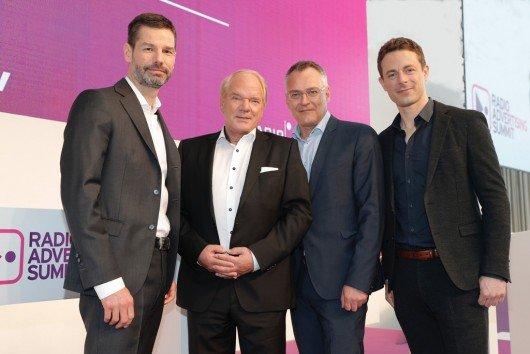 Oliver Adrian (AS&S Radio), Lutz Kuckuck (Radiozentrale), Florian Ruckert (RMS), Alexander Bommes (Tagesmoderator) – (Bild: © Radio Advertising Summit/Claus Langer)