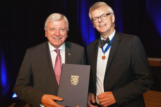 Ministerpräsident Volker Bouffier (links) verleiht den Hessischen Verdienstorden an den ehemaligen hr-Intendanten Dr. Helmut Reitze (Bild:  ©hr/Jens Naumann)