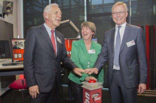 """Der Oberbürgermeister der Stadt Heilbronn, Harry Mergel, die Geschäftsführerin von Radio Ton, Christine Rupp und der Verleger der Heilbronner Stimme, Tilmann Distelbarth drücken den """"Red Button""""."""