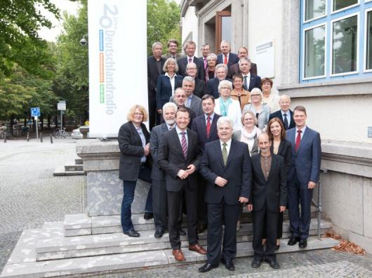 Die Mitglieder des Hörfunkrats vor dem Berliner Funkhaus. (Bild: Deutschlandradio)