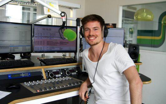 Moderator Max Klement im Studio von egoFM (Bild: Hendrik Leuker)