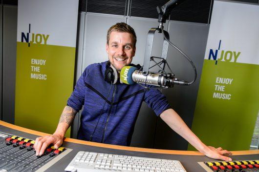 Tobi Schlegl im Studio von N-JOY. Foto: NDR / Benjamin Hüllenkremer