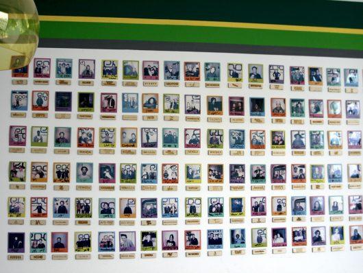 egoFM-Autogrammkarten an der Wand (Bild: Hendrik Leuker)