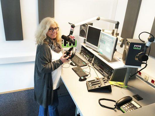 Live aus Kassel: Studioleiterin Connie Strack im neuen FFH-Domizil, das direkt in der Innenstadt liegt. (Bild: ©FFH)