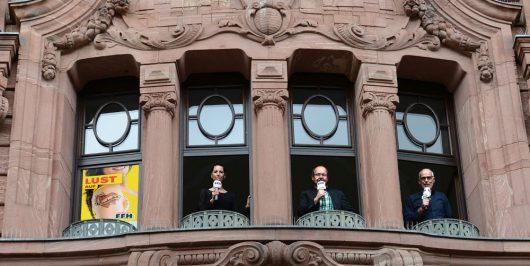 Ab 1. Juli am neuen Standort aus Wiesbaden: Für FFH berichten (v.l.) Donna Schwarz, Studioleiter Peter Hartmann und Konrad Neuhaus aus dem Pressehaus in der Langgasse. (Bild: ©FFH)