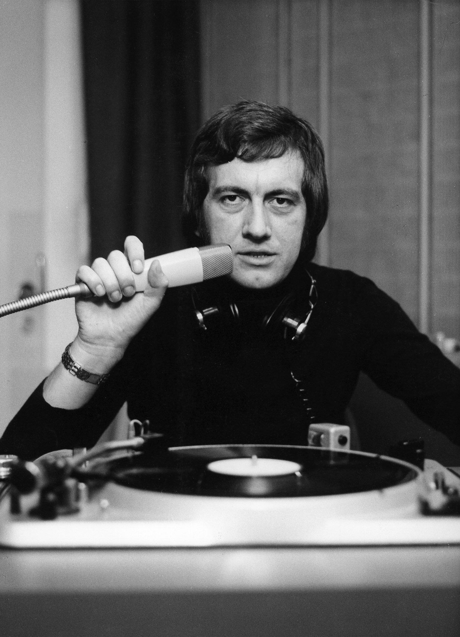 Arbeitsmaterialien 1973: Reinke mit Schwanenhals-Mikrofon und Plattenspieler (© HR/Kurt Bethke)