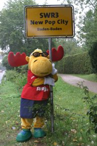 SWR3-Elch am New Pop City-Schild (Bild: ©SWR3)