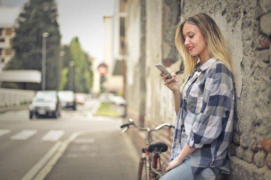 Maedchen mit Smartphone (BIld: ©123rf/bowie15)