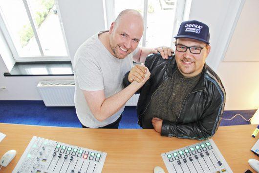 Hand drauf: Timo Close übergibt das Studio der Rostocker Radio-WG an Antenne MV Eigengewächs und XXL-Morgenmann Onni Schlebusch. Foto: Antenne MV