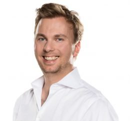 Moderator Fabian Kühne (Bild: @HAMBURG ZWEI)