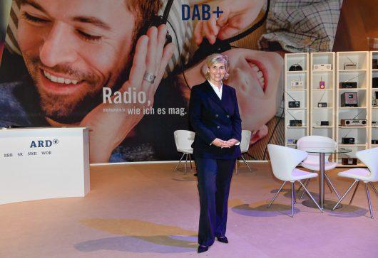 Digitalradiotag auf der IFA in Berlin: ARD-Vorsitzende und MDR-Intendantin Prof. Karola Wille besucht den ARD-Messestand Digitalradio DAB+. (Bild: ©rbb/Matthias Nareyek)