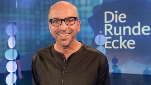 """Patrick Lynen ist der Kopf der Sendung """"Die Runde Ecke"""" (Bild: © WDR/Max Kohr)"""