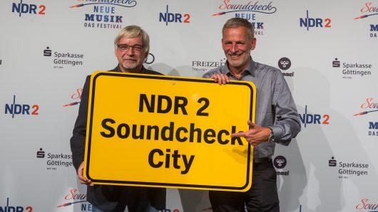 Rolf-Georg Köhler und Torsten Engel kündigen das NDR 2 Soundcheck Neue Musik Festival 2017 an (Bild: ©Axel Herzig)