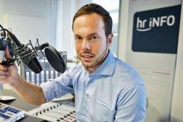 hr-iNFO-Moderator Jascha Habeck. (© HR/Michael Gottschalk/photothek.net)