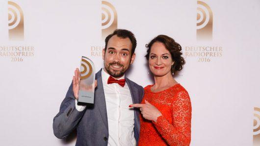 Dominik Schottner freut sich mit Laudatorin Natalia Wörner (Bild: ©Deutscher Radiopreis)