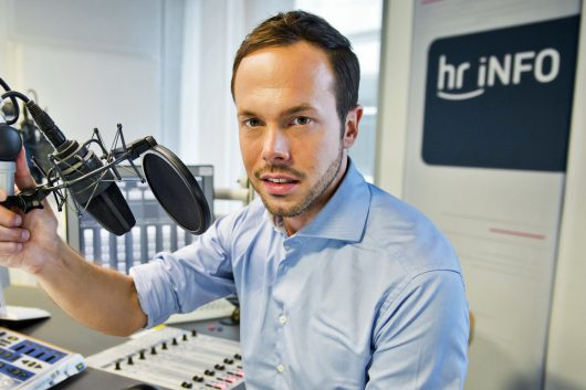 hr-iNFO-Moderator Jascha Habeck. (Bild: © HR/Michael Gottschalk/photothek.net)